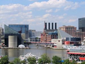 Часть города Балтимор с заливом