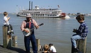 Американский музыкант на пристани