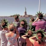 Туристы проплывают мимо статуи свободы