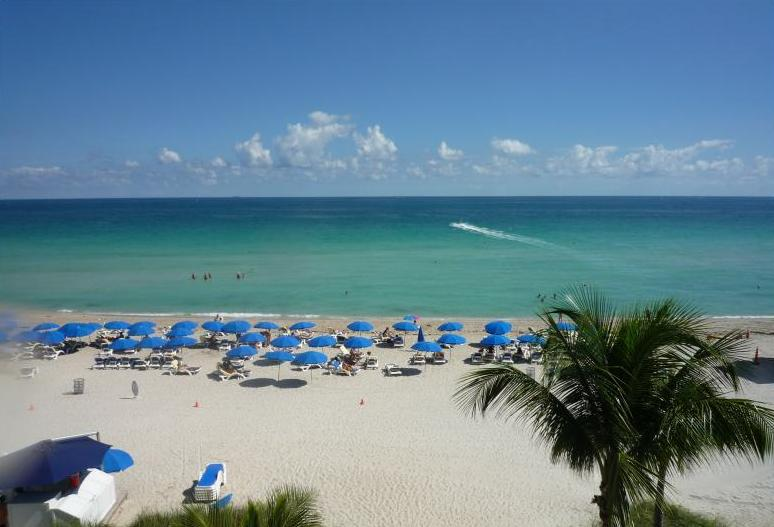 Красивый пляж с отдыхающими в америке