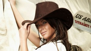 Красивая Американская девушка в ковбойской шляпе