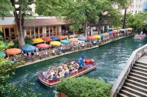 Городской канал с отдыхающими в Сан-Антонио