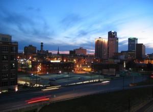 Город с небоскрёбами в Арканзас вечером