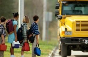Дети_ждут_школьный_автобус