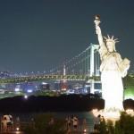 Статуя Свободы на фоне Бруклинского моста