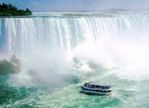 Туристический_катер_у_Ниагарского_водопада