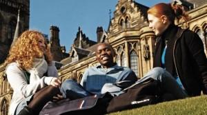 Студенты_возле_университета_в_США