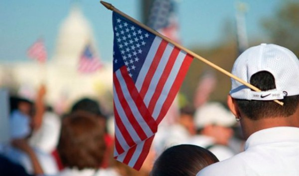 Мигрант_с_американским_флагом_фото