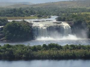 Водопад_в_национальном_парке_Канайма_Венесуэла