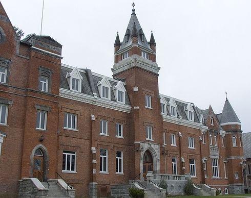 Здание_университета_в_Шербуке_Канада