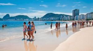 Люди_на_пляже_Копакабана_Бразилия