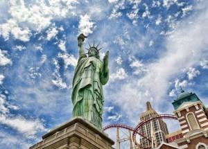 Статуя_Свободы_на_фоне_неба_в_США