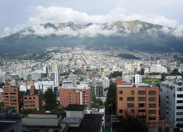 Город_Кито_на_фоне_гор