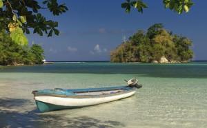 Лодка_возле_пляжа_Ямайки