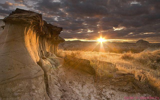 Hoodoos at sunset in Dinosaur Provincial Park/Demoiselles au coucher du soleil, parc provincial Dinosaur, Alberta