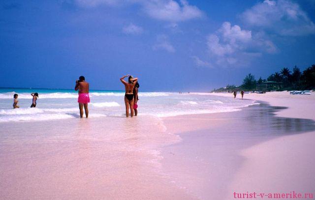 Туристы на пляже острова Харбор