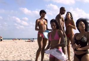 Люди_на_пляже_Кубы