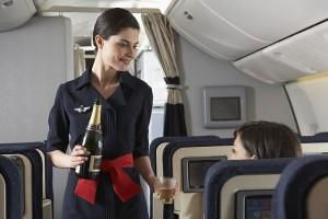 Стюардесса_наливает_шампанское