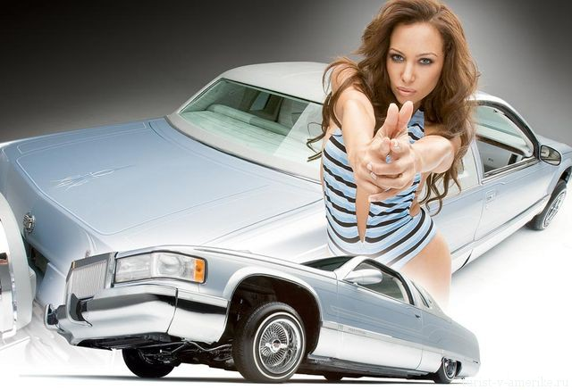 Девушка_возле_американского_автомобиля