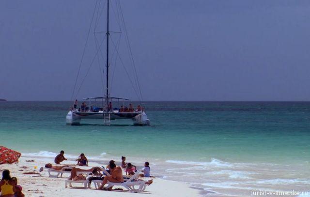 Катамаран_возле_пляжа_Кубы