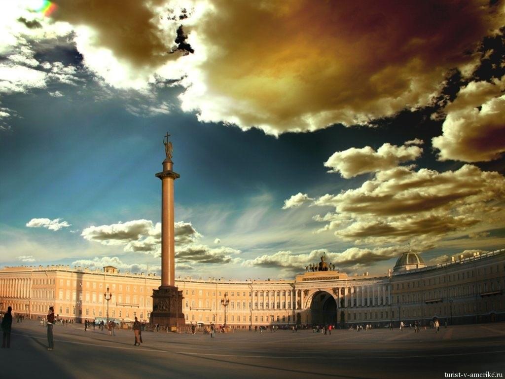 Александровская колонна в центре Дворцовой площади Санкт-Петербурга